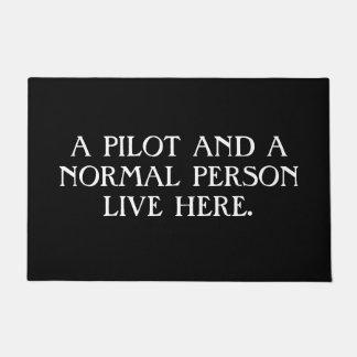 Tapete Um piloto e uma pessoa normal vivos aqui. Doormat