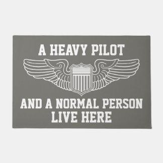 Tapete Um piloto pesado e uma pessoa normal vivos voam
