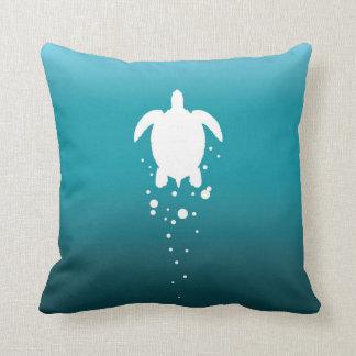 Tartaruga & bolhas de mar contra o oceano azul almofada