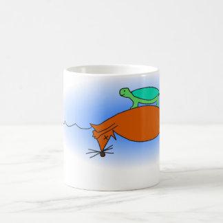Tartaruga de água doce que flutua em uma caneca da