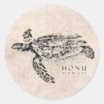 Tartaruga de mar havaiana de Honu no pergaminho do Adesivo Em Formato Redondo