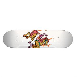 tatuagem do cavalo louco em chamas alaranjadas shape de skate 21,6cm