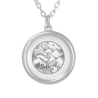 Tatuagem do círculo da montanha do astronauta do colar banhado a prata