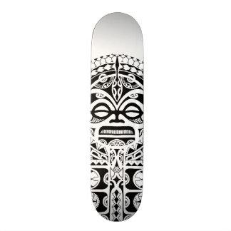 Tatuagem tribal da máscara de Tiki do polinésio Skate
