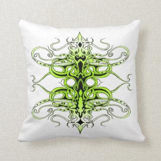Tatuagem tribal do império - verde travesseiro