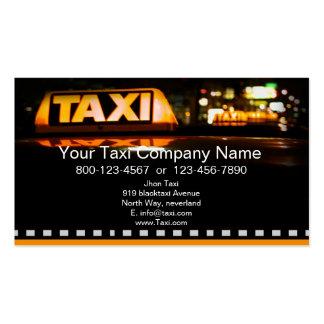 Táxi amarelo na cidade preta cartão de visita