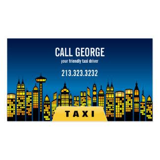 Táxi na cidade no cartão de visita da noite