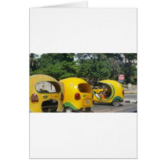 Táxis amarelos brilhantes dos Cocos do Cartão
