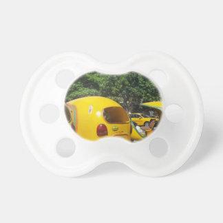 Táxis amarelos brilhantes dos Cocos do Chupeta De Bebê