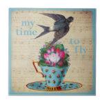 Teacup do vintage, rosas, e andorinha do vôo azulejo