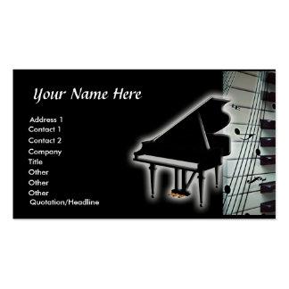 Teclado de piano e cartão de visita das notas da m