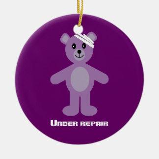 TeddyBear bonito sob o aniversário da recuperação Ornamento De Cerâmica Redondo