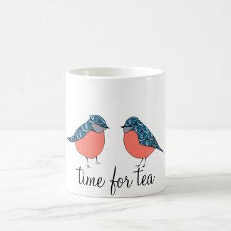 Tempo azul do pássaro para a caneca do chá