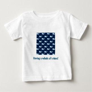 Tendo uma baleia de um momento - camisa lindo de t