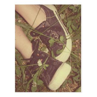 tênis no cartão da grama do verão