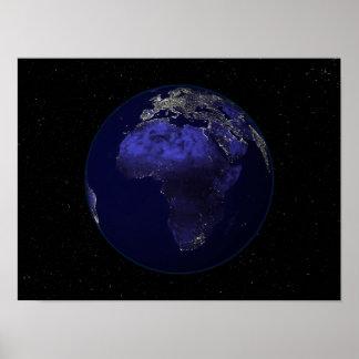 Terra completa na noite que mostra África e Europa Posteres