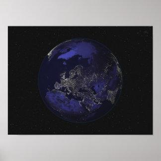 Terra completa na noite que mostra as luzes 3 da c pôsteres