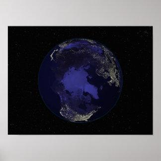 Terra completa na noite que mostra as luzes 5 da c posteres