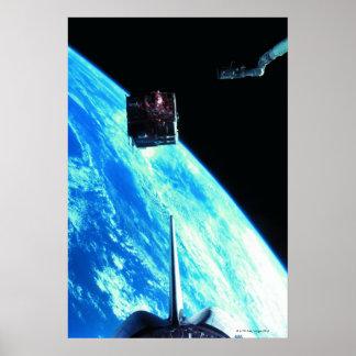 Terra de órbita satélite 3 pôster