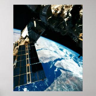 Terra de órbita satélite 5 poster