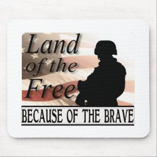 Terra do livre devido às forças armadas bravas mouse pad