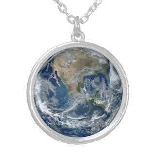 Terra do planeta do espaço com nuvens colar com pendente redondo