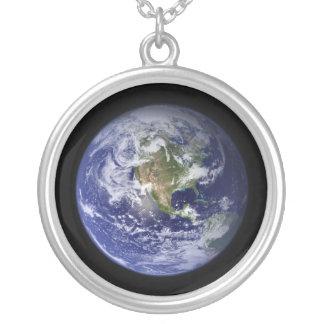 Terra - uma outra versão colar com pendente redondo