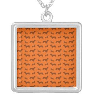 Teste padrão alaranjado bonito do dachshund colar com pendente quadrado