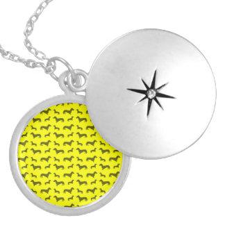 Teste padrão amarelo de néon bonito do dachshund locket