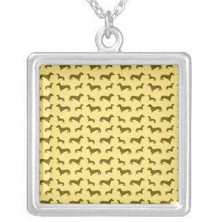 Teste padrão amarelo pastel bonito do dachshund colar com pendente quadrado