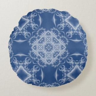 Teste padrão branco e azul laçado do fractal almofada redonda