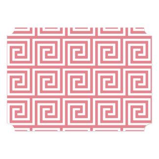 Teste padrão chave grego branco cor-de-rosa da convite 12.7 x 17.78cm