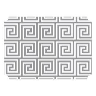 Teste padrão chave grego cinzento e branco convite 12.7 x 17.78cm
