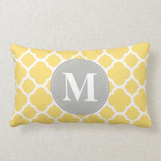 Teste padrão cinzento de Quatrefoil do amarelo do Travesseiros De Decoração