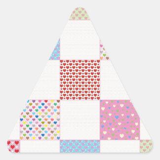 Teste padrão colorido da edredão dos corações adesivo triangular