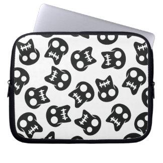 Teste padrão cómico do preto do crânio capa para laptop