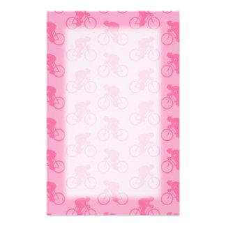Teste padrão cor-de-rosa da bicicleta papelaria