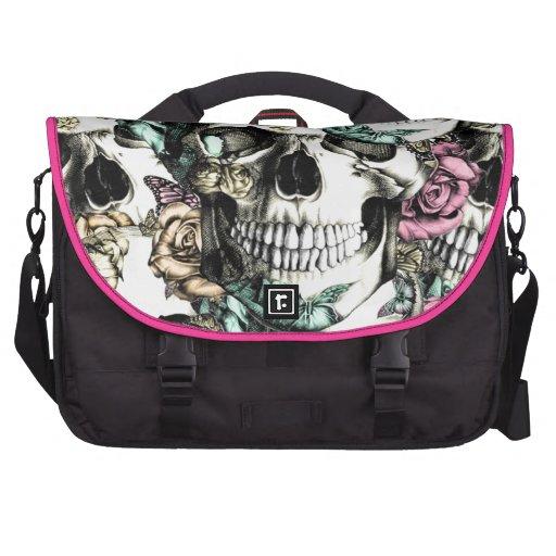Teste padrão cor-de-rosa mergulhado do crânio em a maletas para notebooks