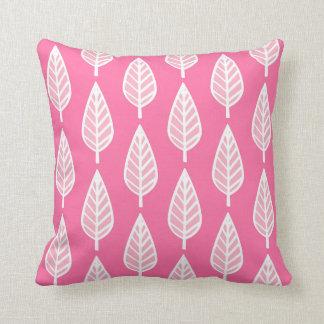 Teste padrão da folha da faia - rosa quente e travesseiros de decoração