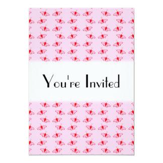 Teste padrão de borboleta bonito no rosa e no convite 12.7 x 17.78cm