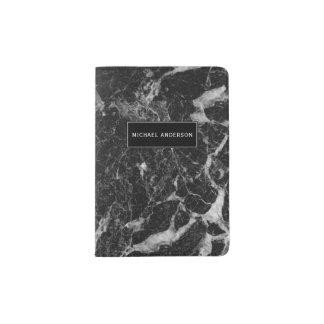 Teste padrão de mármore preto com monograma feito capa para passaporte