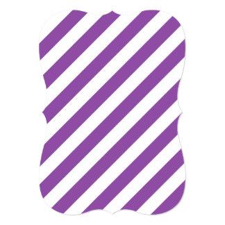 Teste padrão diagonal roxo e branco das listras convite 12.7 x 17.78cm