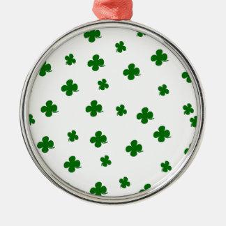 Teste padrão do trevo do dia do St. Patricks Ornamento Redondo Cor Prata