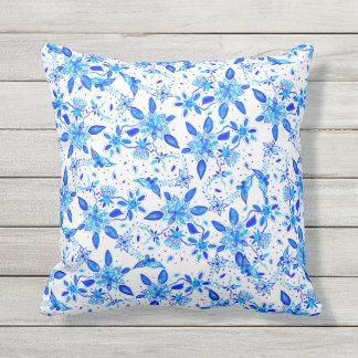 Teste padrão floral azul moderno da aguarela de almofada