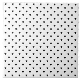 Teste padrão preto e branco dos corações azulejos