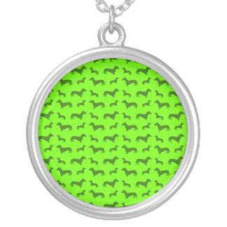 Teste padrão verde de néon bonito do dachshund colar com pendente redondo