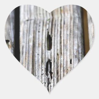 Textura de madeira velha adesivo em forma de coração