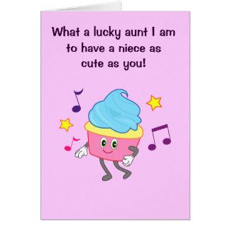 Tia do feliz aniversario à sobrinha com cupcake da cartão comemorativo