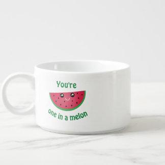Tigela Um em uma melancia bonito engraçada de Kawaii do