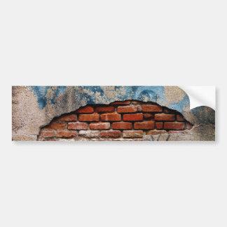 Tijolo vermelho sob a parede atada grafites do adesivo para carro